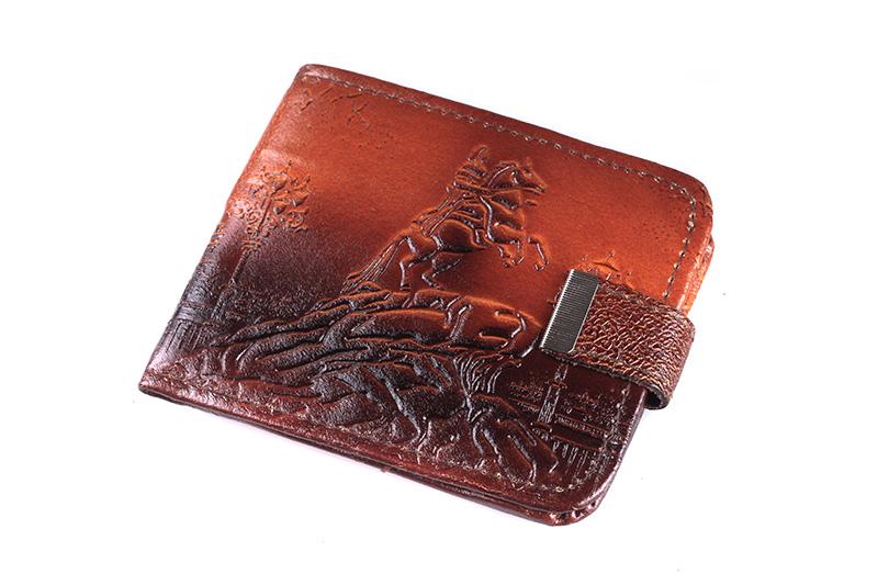 Изображение на кошелек нанесено методом тиснения, благодаря чему оно не...